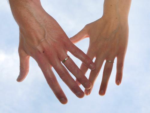 チタンの結婚指輪には危険がある!?デメリットとメリットは何?