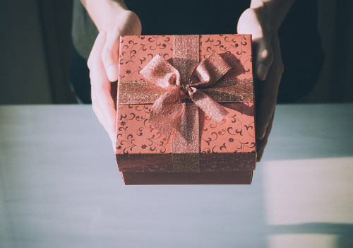 母の日は祖母にもプレゼントを渡すべきか 義祖母でも贈った方が良い?