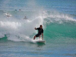 サーフィンは初心者で泳げない人にとって危険?!