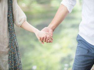 結婚指輪をネックレスにするなら革紐と鎖どちらがいい?