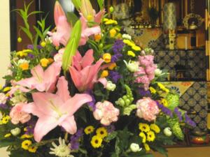 神道はお墓参りの仕方が違う?お供えや花選びに決まりはあるの?
