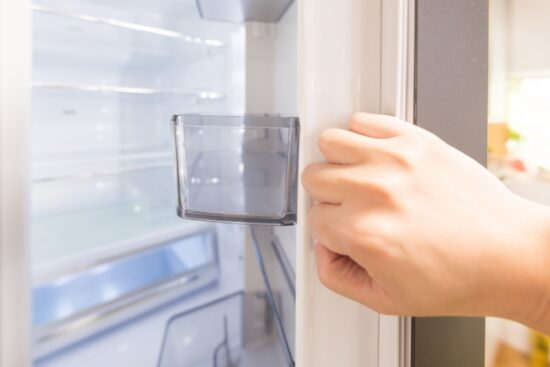 冷蔵庫掃除は電源つけっぱなし?どれくらいの頻度でする?簡単にやるコツは?